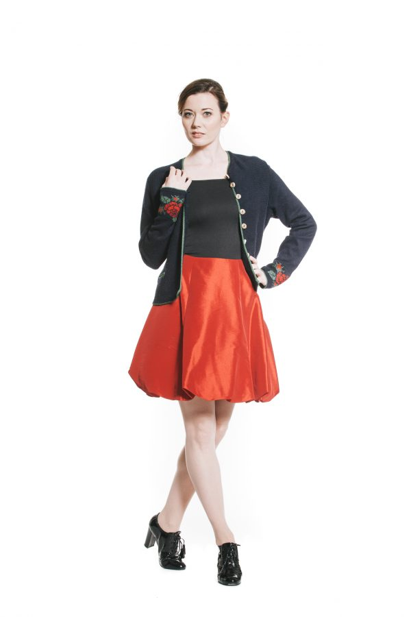 Ballonrock kirschrote Kunstseide mit Rosenstrickjackerl blau rot