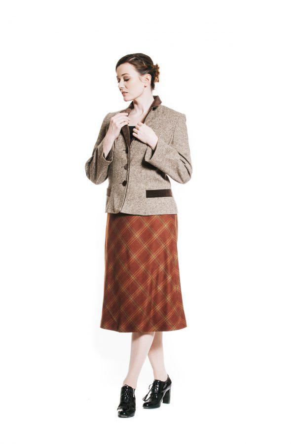 braune Tweedjacke mit rotbraun kariertem Wollstoffrock Ansicht 2