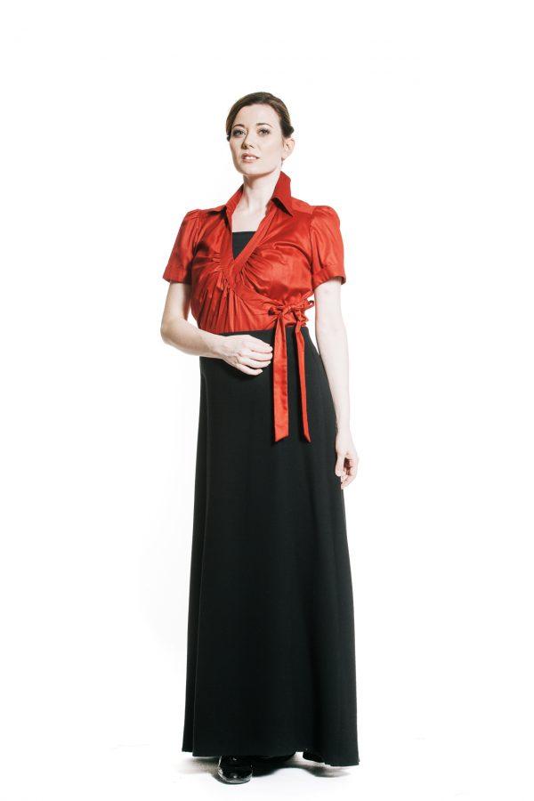 rote Wickelbluse mit schwarzem Wollstoffrock Ansicht 1