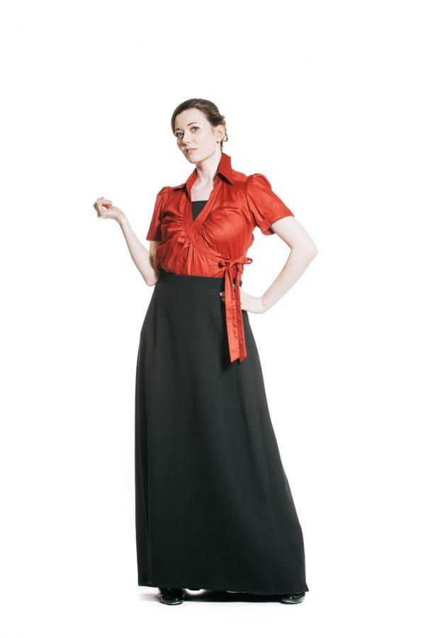 rote Wickelbluse mit schwarzem Wollstoffrock Ansicht 2