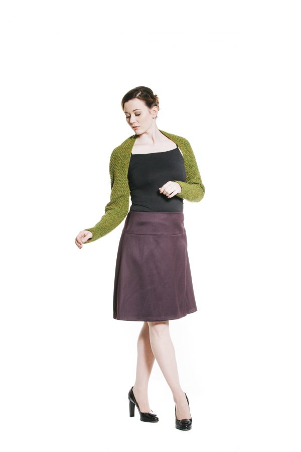 violetter Wollstoffrock und grünem Ärmelschal