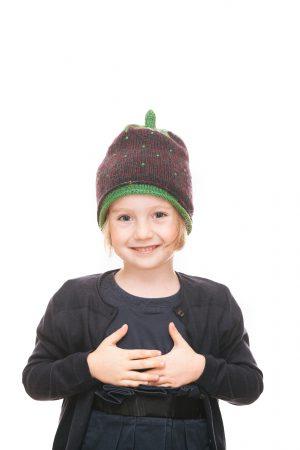 handgestrickte Erdbeerhaube aus beerenfarbiger Wolle für 2-6 Jahre Ansicht 1