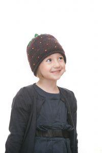 handgestrickte Erdbeerhaube aus beerenfarbiger Wolle für 2-6 Jahre Ansicht 4