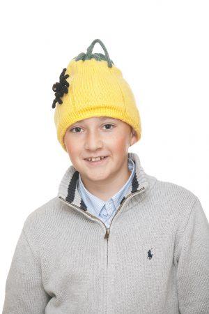 handgestrickte Kürbishaube mit Spinne aus gelber Wolle für 6-12 Jahre